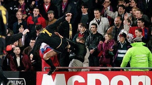 Cú kung-fu của Eric Cantona từng khiến Sir Alex chết lặng và mất ngủ